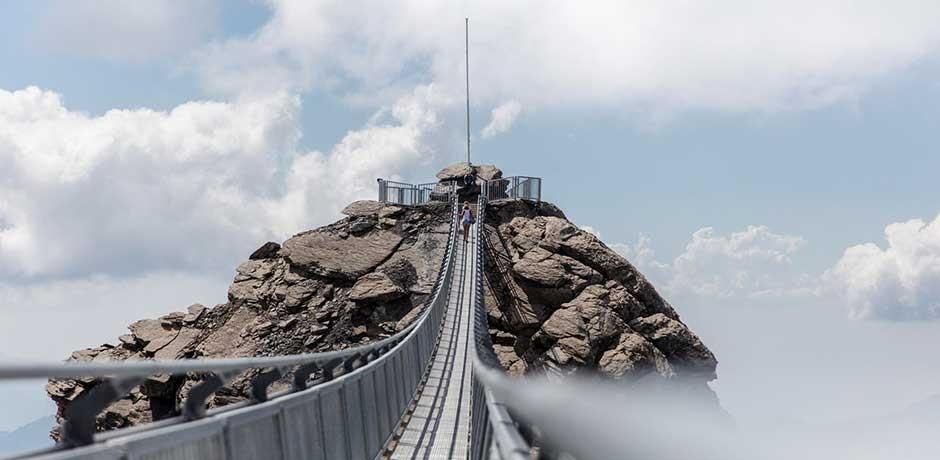 Hängebrücke auf Berg