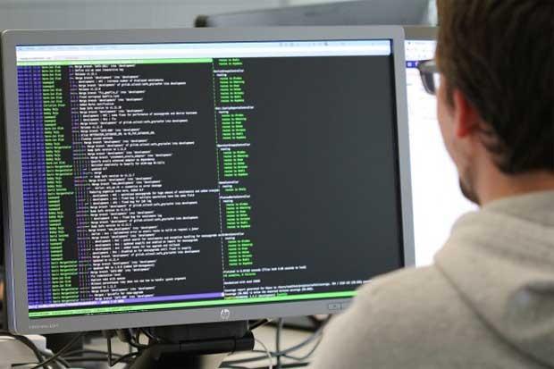 Code auf Bildschirm über Schulter gesehen