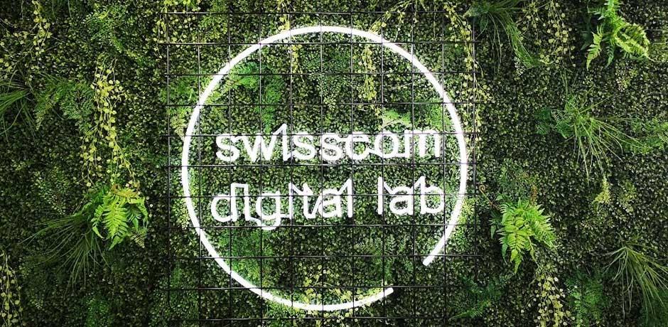 Grüne florale Wand mit digitaler Laborlichtschrift