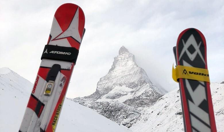 Rote Ski vor dem Matterhorn
