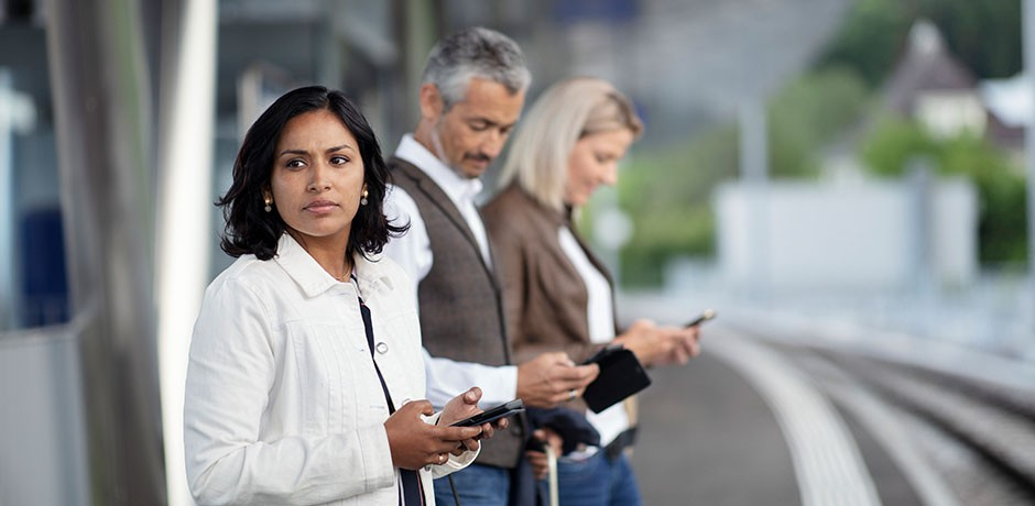 Les personnes avec des smartphones sur la plate-forme