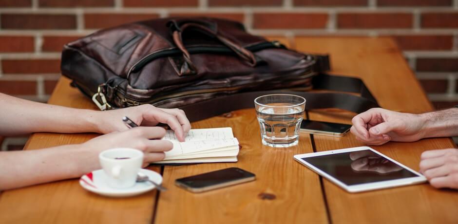 Gespräch von zwei Leuten am Tisch