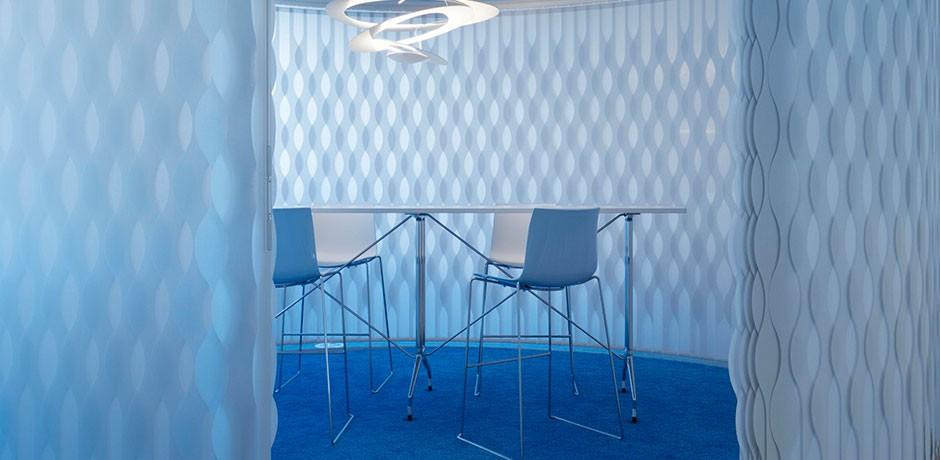 Camera blu con sedie