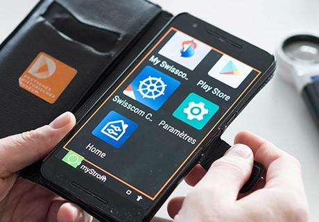 Smartphone con app visualizzate in caratteri grandi