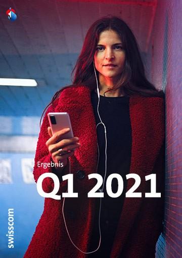 Frau an Wand stehend mit Handy in der Hand