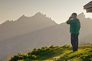 Mann auf der Alp mit Handy am Ohr
