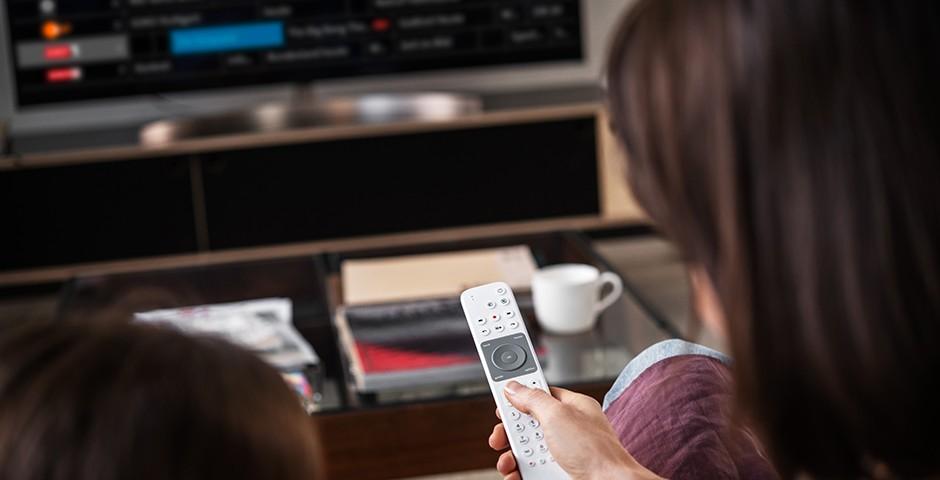 Frau mit TV-Fernbedienung