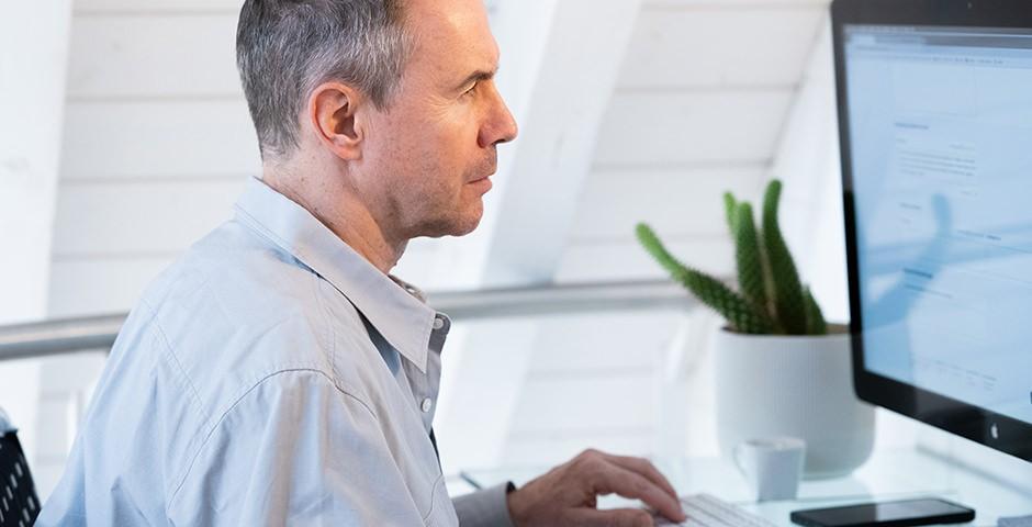 Mann vor Computerbildschirm