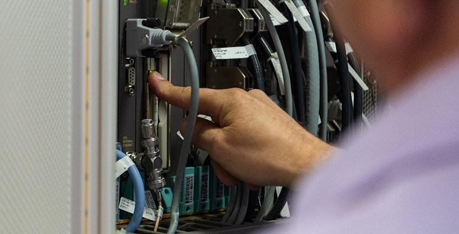 Netzwerkkasten mit Kabeln