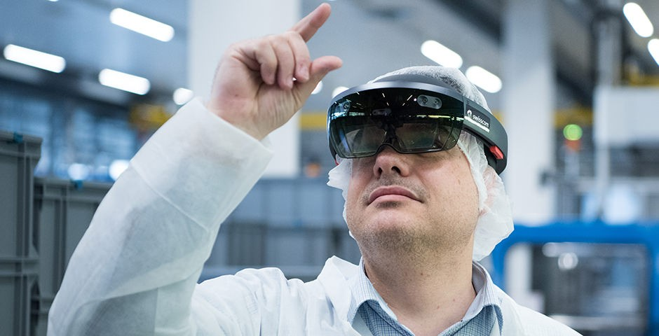 Mann mit Augmented Reality Brille