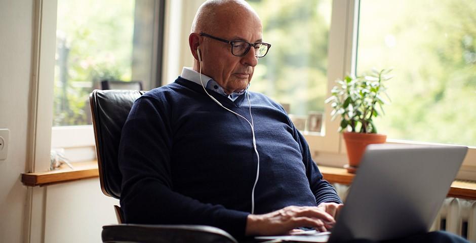 Älterer Mann am Laptop