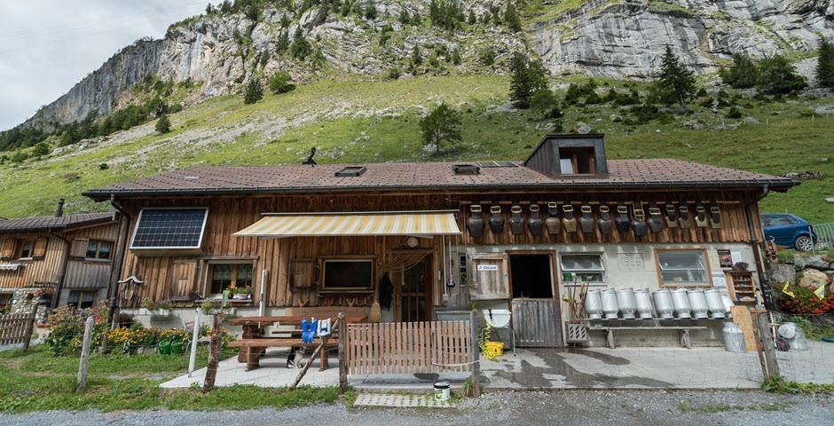 Berghütte vor Alpenlandschaft