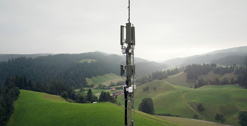 Mobilfunk-Antenne in hügeligem Waldgebiet