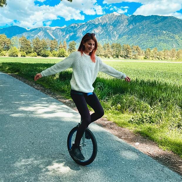 Michaela su un monociclo
