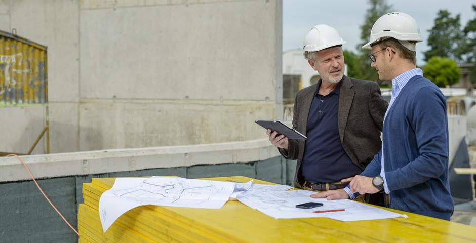 Zwei Männer diskutieren auf der Baustelle