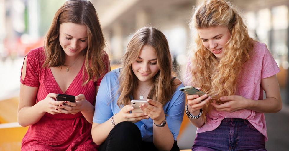trois filles sur le mobile