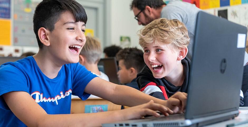 Les élèves devant un ordinateur portable