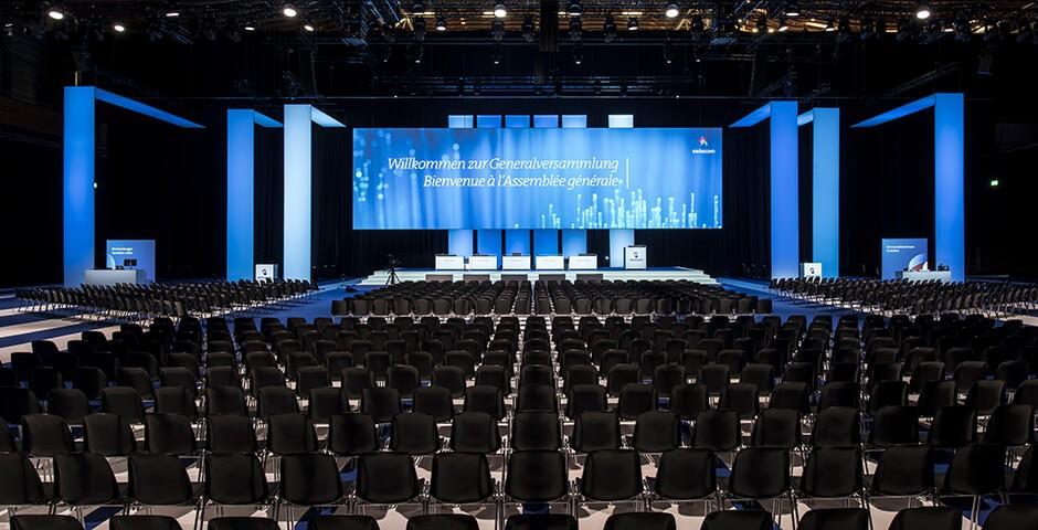 grande sala con schermo e sedie
