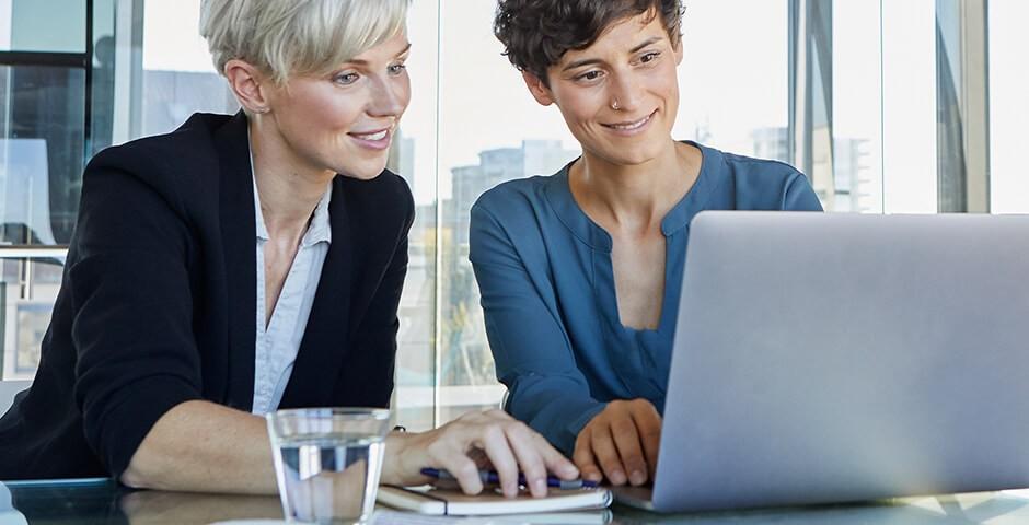 Zwei Frauen am mobilen Rechner
