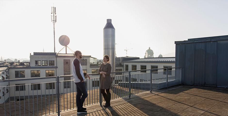 Menschen auf Dachterrasse