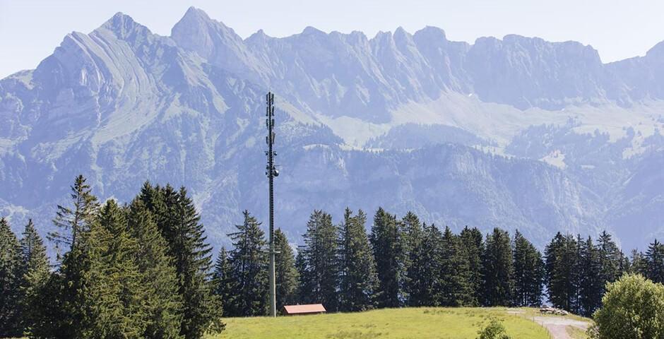 Antennenmast in Bergpanorama