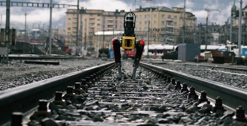 Der Roboterhund Spot patrouilliert auf den Bahngleisen.