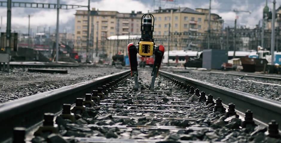 Le chien robot Spot en patrouille sur les rails.