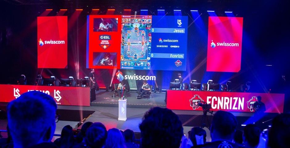 Ein staunendes Publikum schaut den Spielern am HeroFest in Bern beim Gamen zu