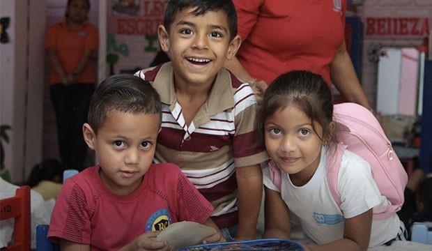 Des enfants qui rient devant la caméra