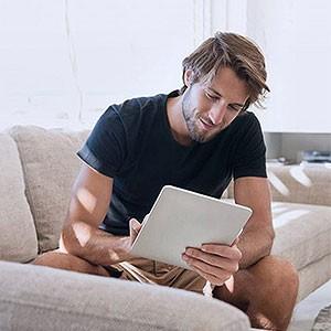 Giovane uomo su un tablet