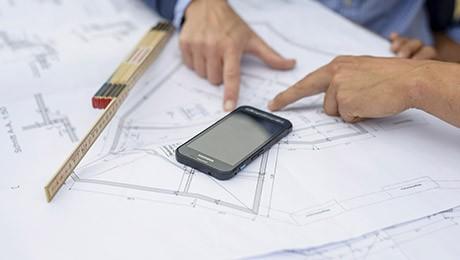 Besprechung mit Baupläne
