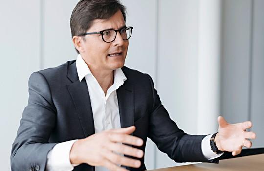 Dr. Luka Müller in seiner Kanzlei MME in Zürich