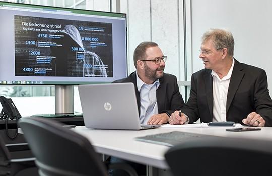 Donat Kaeser (links) und Guido Kölliker wollen den Cyberkriminellen einen Schritt voraus sein.