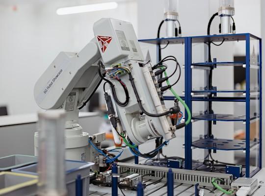 Dank 5G lassen sich Maschinen in Produktionsstätten beliebig verschieben, ohne neue Kabel verlegen zu müssen.