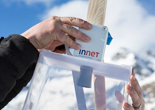 Der Ultraschall-Sensor wird von einem Plastik-Trichter und zusätzlich von einer Plastik-Box vor der Witterung geschützt.