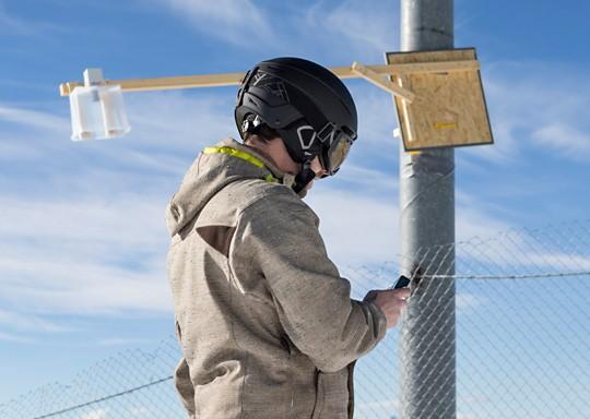 Mario Betschart kontrolliert die Batterie und den Abstand zum Boden des Sensors auf dem Klein Matterhorn.