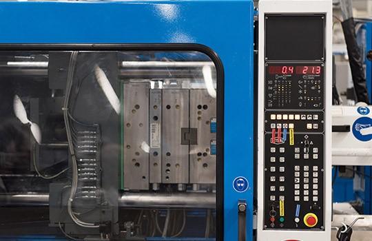 Spritzgussmaschine produziert Daten