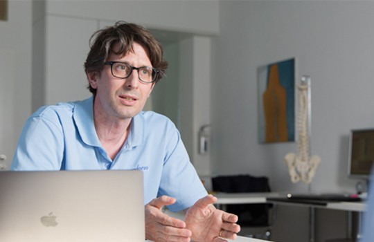 Michael Andor in seiner Praxis in Zürich