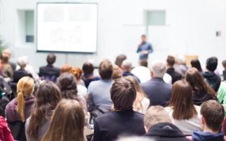 Personen hören einer Präsentation zu