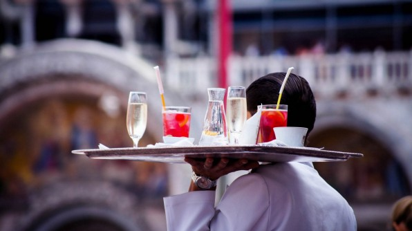 Kellner serviert Getränke