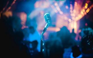 Mikrofon auf einer Bühne
