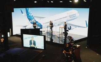Moderatoren bei Ansprache bei grossem Event
