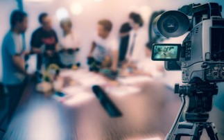 Video Kamera filmt Personen am Tisch