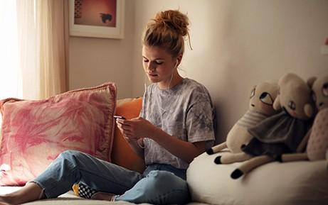 Una donna digita sullo smartphone