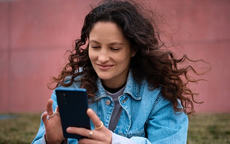 Frau tippt auf Smartphone