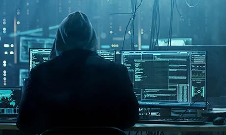 Ein Hacker in einem dunklen Raum