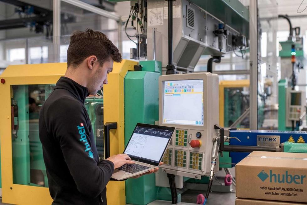 Arbeiter in der Produktionshalle der Huber Kunststoff AG