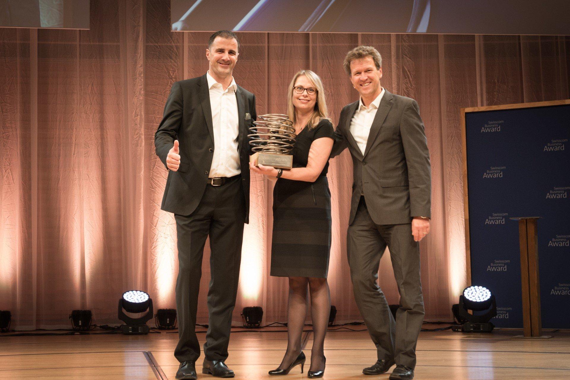 UBS gewinnt den Swisscom Business Award. Von links nach rechts: Urs Lehner, Swisscom, Head of Marketing&Sales Grosskunden; Liv Brahin, UBS, Head Group Marketing und Communication Services; René Estermann, Jurymitglied Swisscom Business Award und Geschäftsführer myclimate.